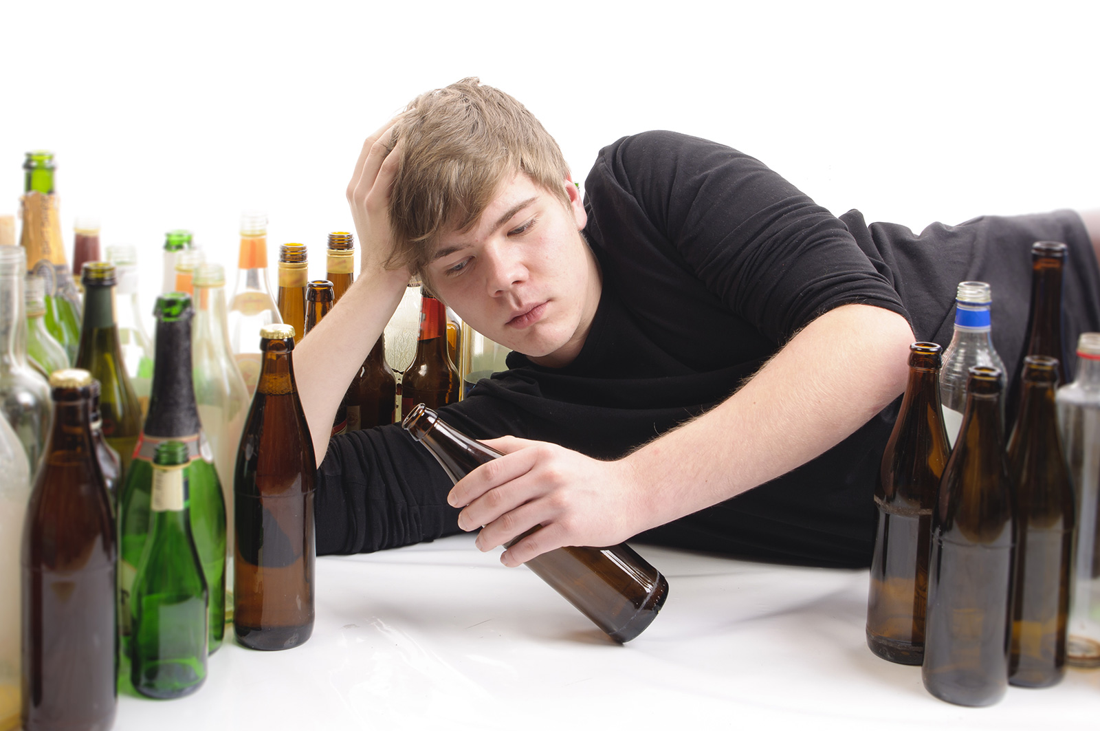 teenagers and alcohol Here in this argumentative essay on drinking age you will read about the influence of alcohol on teenagers and reasons that lead them to drinking.